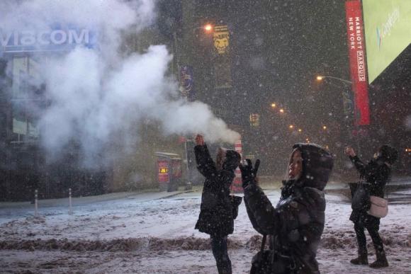 Turistas asiáticas inmortalizando el momento. Foto: Reuters.