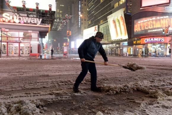 Uno de los empleados que tendrá más trabajo cuando pase la tormenta. Foto: AFP.