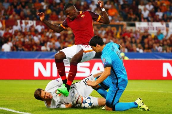 El golero polaco Szczęsny se lesionó al chocar con Luis Suárez en Roma-Barcelona. Foto: Reuters.