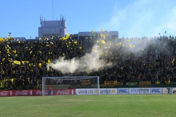 Hinchas de Peñarol en las tribunas del Burgueño Miguel. Foto: F. Flores