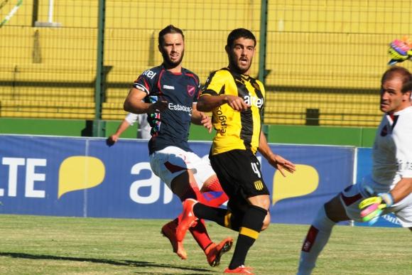 A los 2' Aguiar se pierde el gol ante Barlocco. Foto: F. Flores