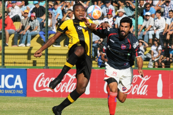 Zalayeta lleva peligro en Maldonado. Foto: F. Flores