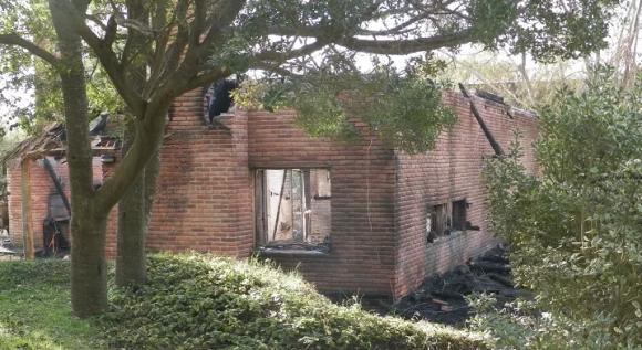 Casa de La Pedrera incendiada, junio de 2015. Foto: Eduardo González