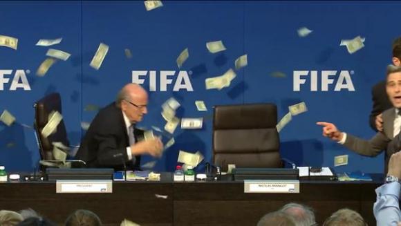 Lee Nelson sorprendió a Joseph Blatter con una lluvia dedólares. Foto: @GissiSim