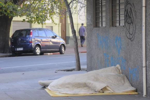 En varias esquinas de Montevideo hay gente durmiendo a la intemperie. Foto: L.Carreño.