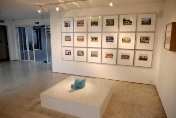 Hace 17 años que Galería Del Paseo se instaló con su arte contemporáneo en Manantiales.