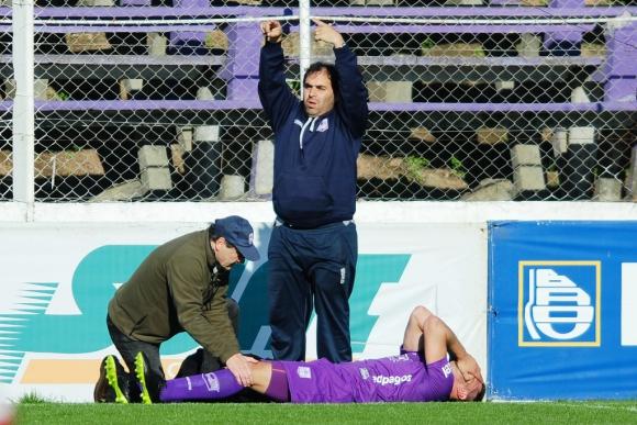Momento de la lesión de Guillermo De los Santos en Defensor Sp.- Villa Teresa. Foto: Fernando Ponzetto.