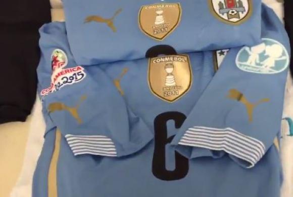 El escudo campeón 2011 en la camiseta celeste