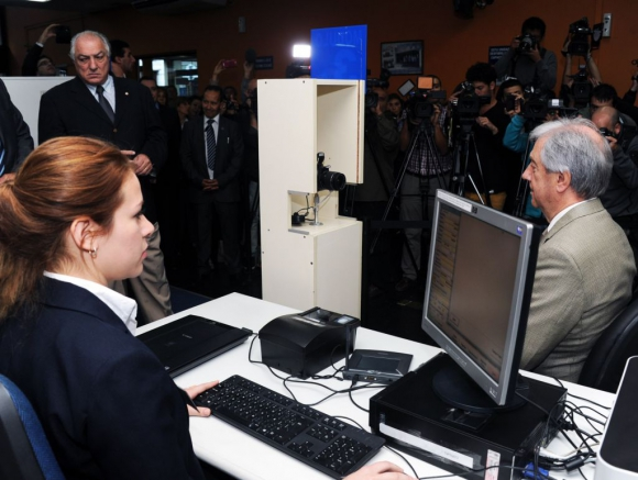 El presidente Tabaré Vázquez se sacó la  nueva cédula en el lanzamiento del nuevo documento electrónico de identidad el 20 de mayo de 2015. Foto: Presidencia.