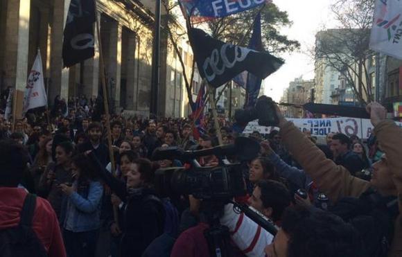 Estudiantes universitarios marchan por 18 de Julio. Foto: Diego Píriz