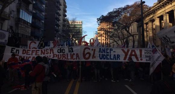 Estudiantes y gremios docentes marchan por 18 de Julio. Foto: Diego Píriz