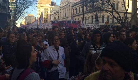 Marcha de universitarios y gremios docentes por la avenida 18 de Julio. Foto: Diego Píriz
