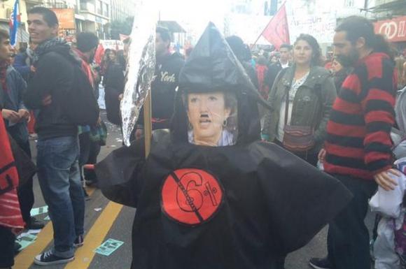 La ministra María Julia Muñoz es satirizada durante la marcha. Foto: Diego Píriz