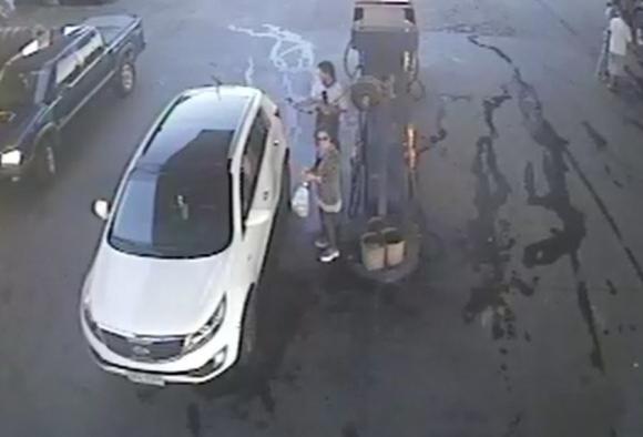 Volvió a la camioneta y pagó por el combustible. Foto: Ancap Florida.