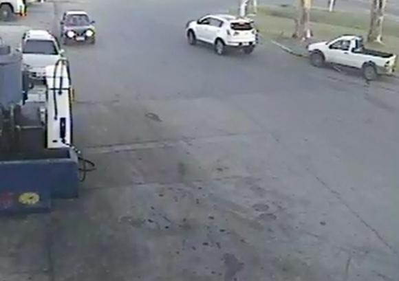 Al partir, otro automóvil enciende las luces y sale atrás de ella. Foto: Ancap Florida.