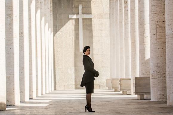 En <i>007 Spectre</i> encarna a una viuda italiana que termina en brazos de Bond.