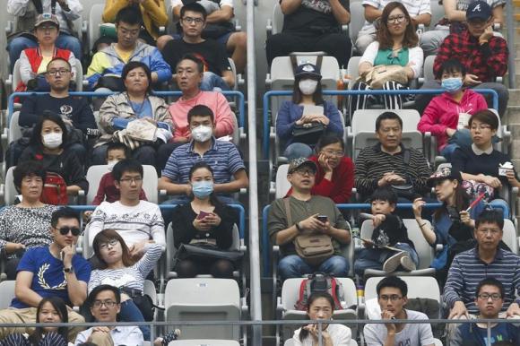 El encuentro se disputó con muchísima contaminación y espectadores con tapa bocas. Foto EFE