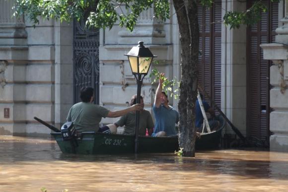 A flote: la altura del agua solo permite a los sanduceros desplazarse en botes. Foto: El Telégrafo.