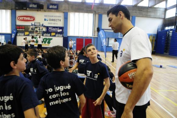 Carlos Delfino charla con los niños.