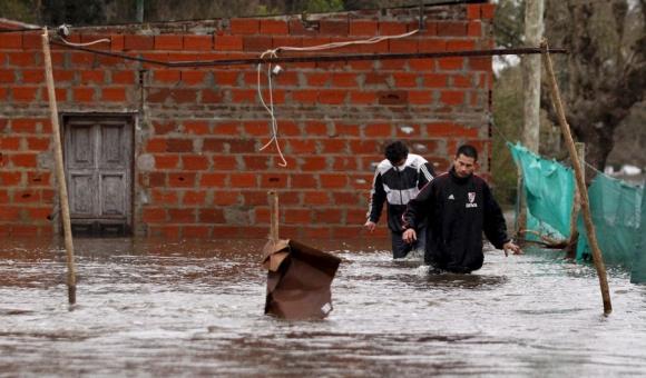 Los pobladores de Luján, cercados por las aguas. Foto: Reuters.