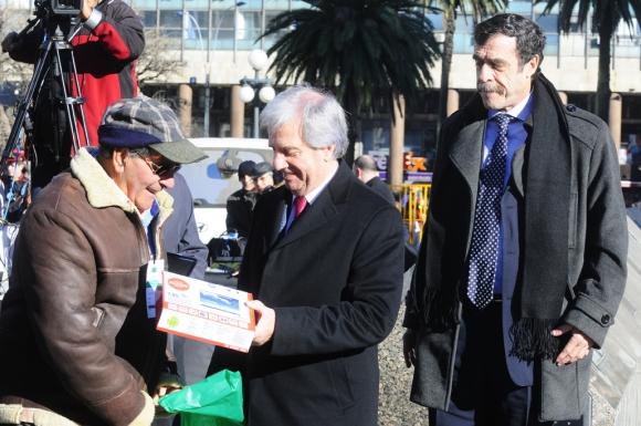 Tabaré Vázquez entrega tablets a jubilados. Foto: Marcelo Bonjour