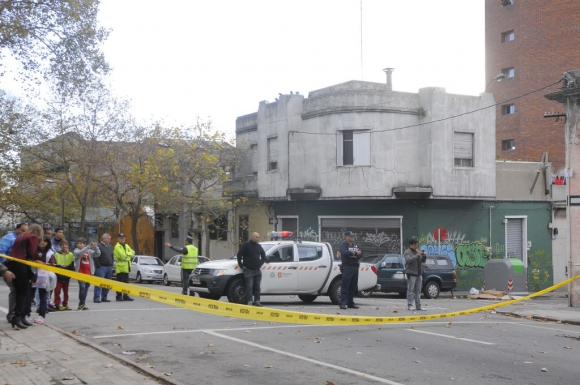 Evacuaron una pensión en calle Galicia y Piedra Alta y después se derrumbó el 10 de mayo de 2015. Foto: Leonardo Carreño