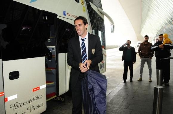 Godín baja del ómnibus en el Aeropuerto de Carrasco. Foto: M. Bonjour