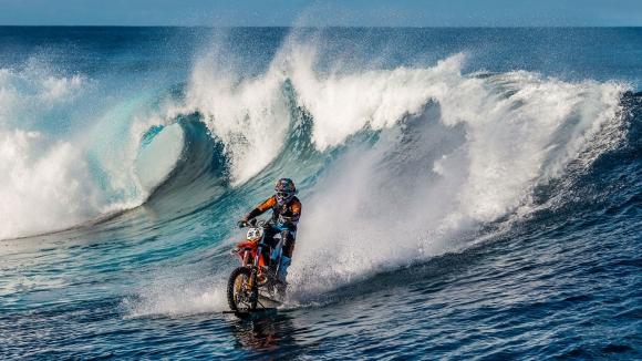 El motociclista australiano Robbie Maddison surfeando olas en moto en Tahití en spot de la marca DC.