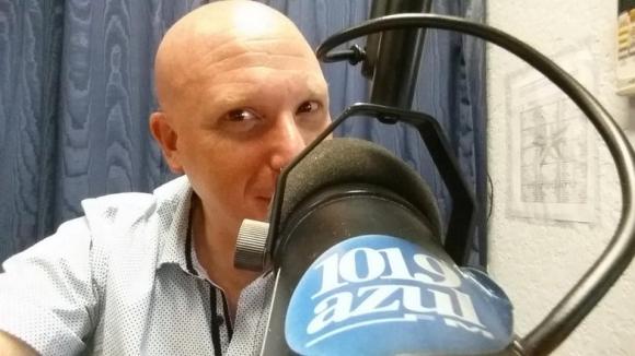 Orlando Petinatti en el estudio de Azul FM. (Foto: Twitter)
