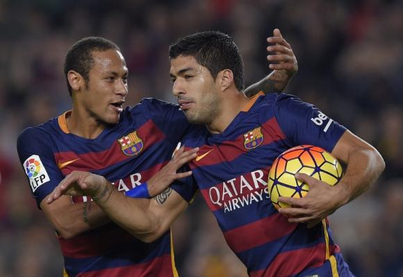Luis Suárez festejando con Neymar su gol el día de su aniversario en el Barcelona. Foto: AFP