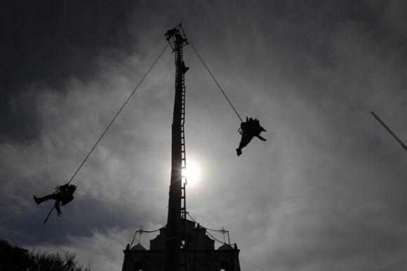 Bailarines voladores en Guatemala. Foto: EFE.