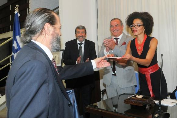 Moreira, del Correo Uruguayo, entrega uno de los sellos. Foto: A. Colmegna