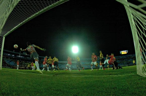 El momento del gol: Aguirregaray cabecea solo para el 1-0. Foto: Fernando Ponzetto
