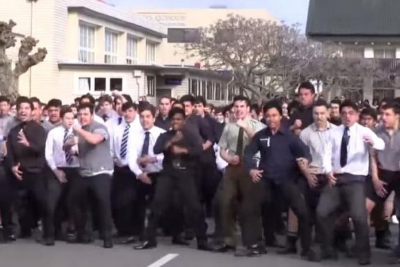 El haka de los alumnos del PNBHS en el funeral de su profesor.