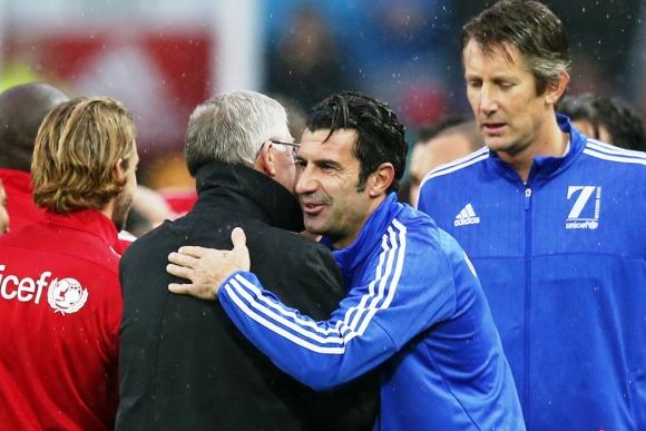 Figo y Van der Sar saludan a Alex Ferguson. Foto: Reuters.