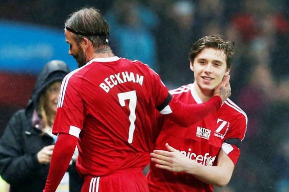 En el día de su regreso a Old Traffiorf, David Beckham fue sustituido por su hijo Brooklyn. Foto: Reuters.
