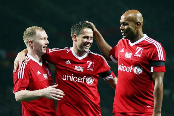 Scholes y Sinclair felicitan a Owen tras un tanto. Foto: Reuters.