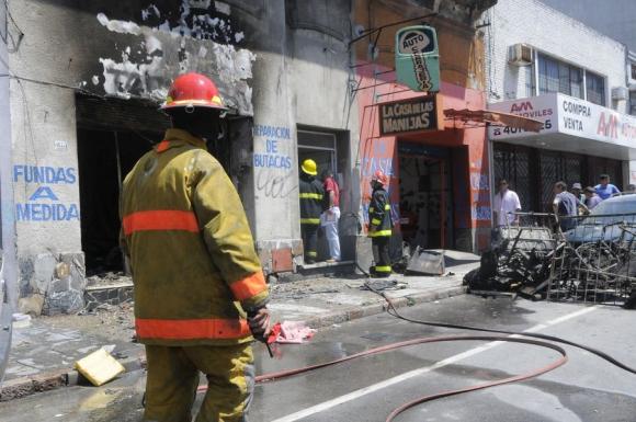 Tres equipos de bomberos participaron del operativo céntrico. Foto: L.Carreño.