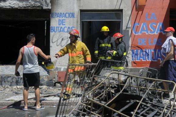 Incendio en tapicería Paysandú y Vázquez. Foto: Leonardo Carreño