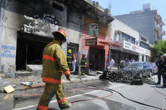 Incendio en tapizería Paysandú y Vázquez. Foto: Leonardo Carreño