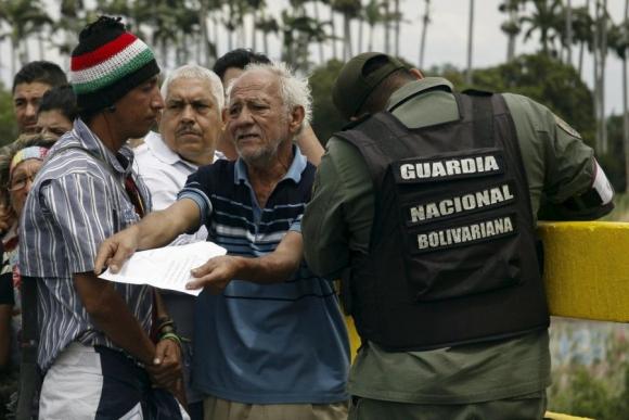 Un colombiano intenta justificar su legalidad, tras ser deportado. Foto: Reuters