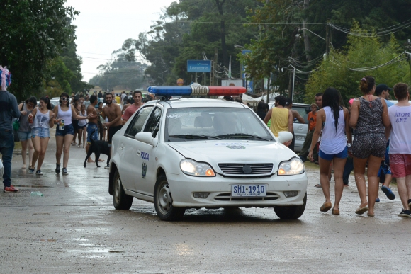Un patrullero también sufre los bombazos de agua. Foto: Ricardo Figueredo