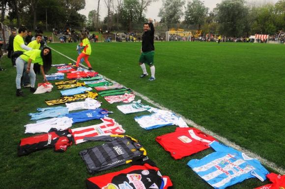 Se sortearon camisetas firmadas oficiales por múltiples planteles. Foto: Ariel Colmegna.