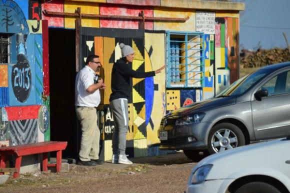 Cavani sale de visitar a su padre en la carcel. Foto: Daniel Rojas