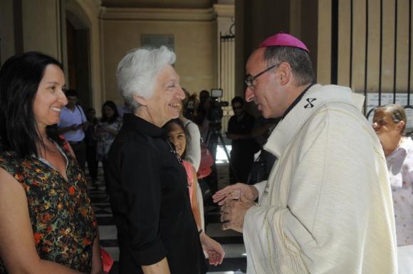 Sturla recibió el saludo de los fieles a la salida de la misa. Foto: Leonardo Carreño