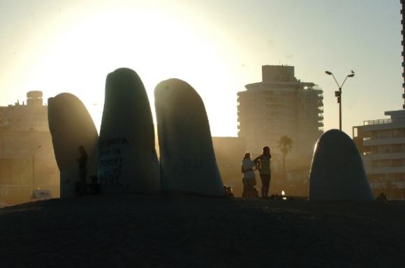 La Mano, en Punta del Este, tan cuestionada como popular.