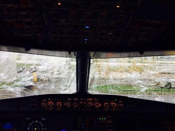 El vidrio de la cabina del piloto visto desde adentro. Foto: Avherald.com