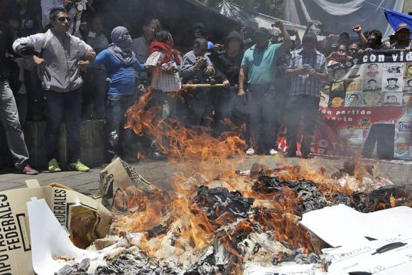 Maestros en huelga saquearon mesas de votación y quemaron urnas en  Oaxaca, al sur de México. Foto: EFE