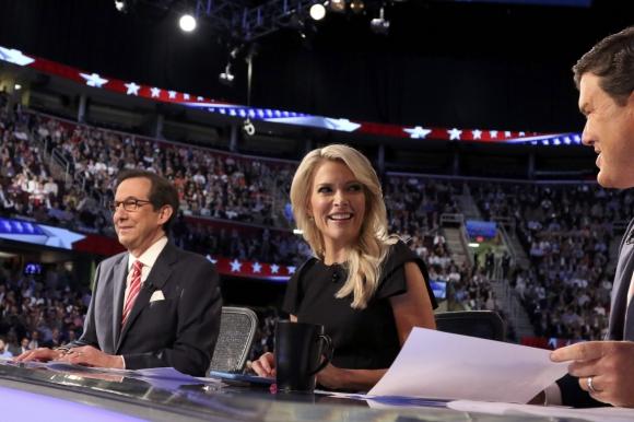 Los moderadores durante el debate. Foto: Reuters