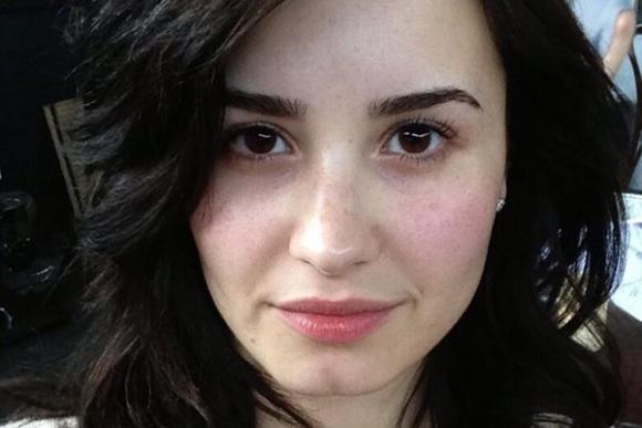 Demi Lovato pide dejar de usar maquillaje